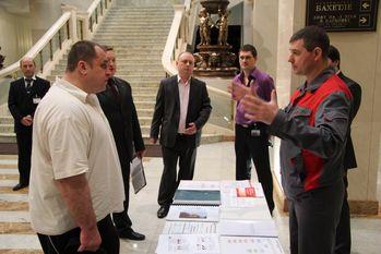 Ведущий инженер Альянс Комплексная безопасность Новиков Александр докладывает проверяющим о состоянии систем противопожарной защиты и методах их обслуживания